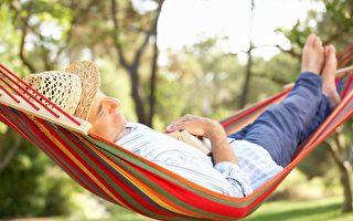 小時候睡過吊床嗎?研究發現,微微搖動的床讓人睡得更好。