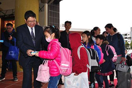 新竹縣長楊文科發放文具及安全宣導品給學生