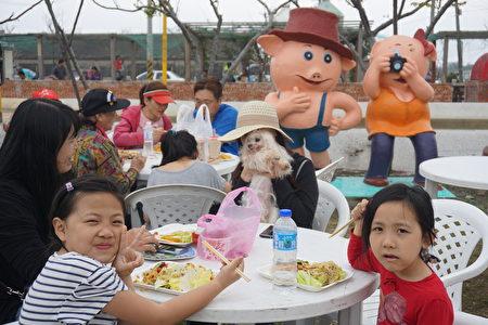 小朋友開心的吃著在地風味餐。