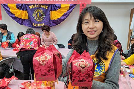 国际狮子会法拉盛分会再次举办红包灯笼手工教学活动,图为会长翁雅琳。