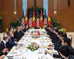 第二次美朝峰會於2月27日在河內登場,圖為川普27日與越南官員展開會談。(Saul LOEB / AFP)