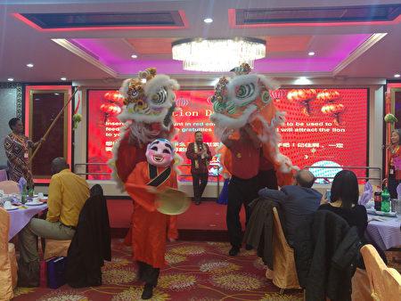 布碌崙科技高中新年春宴中以传统舞狮开锣。