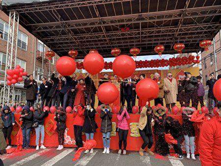 嘉宾以烛香点爆台下多颗大红气球,接着50万枚炮竹燃放。