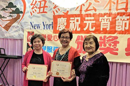 會長王玉英頒發感謝狀給林雅玲(左一)、陳金英(右二)。