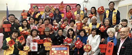國際獅子會紐約法拉盛分會上月27日舉辦慶賀新春活動,免費指導民眾用紅包袋製作燈籠,約有百人參與活動。