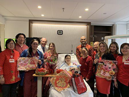 下城医院医疗团队祝贺华裔新年宝宝的诞生,为小宝宝送上新年红包与礼物。