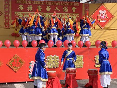 小学生穿着传统服装,表演歌舞。