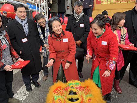驻纽约台北经文处处长徐俪文(左三)等嘉宾用朱砂为舞狮点睛。