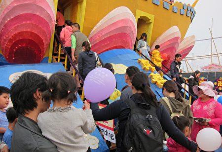 """台湾灯会佳评如潮,巨大""""法船""""花灯璀璨吸睛,从试营运到正式开幕后,每天吸引众多民众排队登船拍照。"""