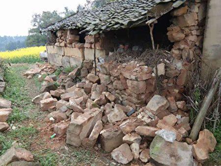 被震碎、震破、震倒的物品或房屋。(受访者提供)