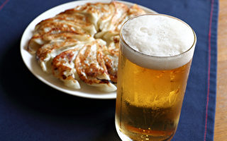酒精会伤及脑部导致大脑萎缩,严重甚至可能失智。