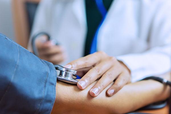 在醫院量血壓時發現血壓很高,可能是白袍恐懼症引起。