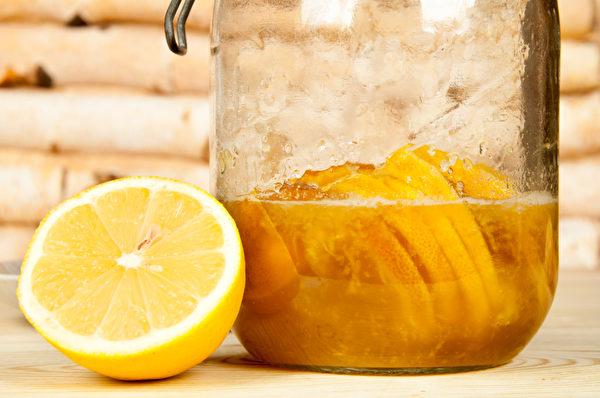 上火的人可以喝蜂蜜柠檬水,帮助润肠通便、泻火。