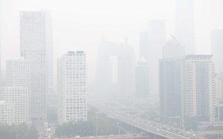 3月1日18时,北京全市进入重度阴霾天气,东北部达六级严重污染程度。图为2018年10月15日的阴霾天气。(NICOLAS ASFOURI / AFP)