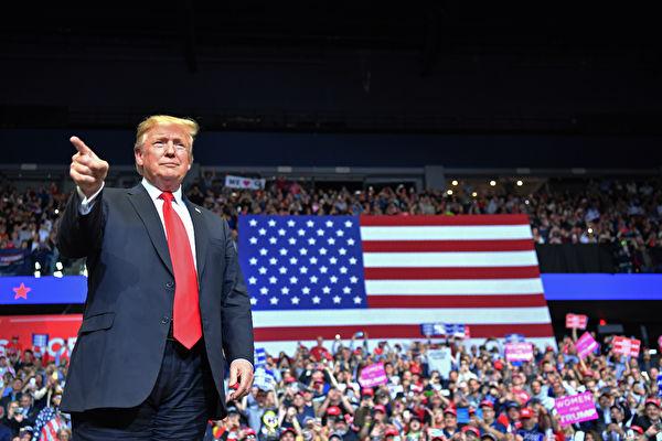 """美国总统川普(特朗普)周四(3月28日)晚间在密歇根州参加""""通俄门""""调查结束后的首场公开集会活动,现场容纳不下热情选民,很多人在场外看直播萤幕。"""
