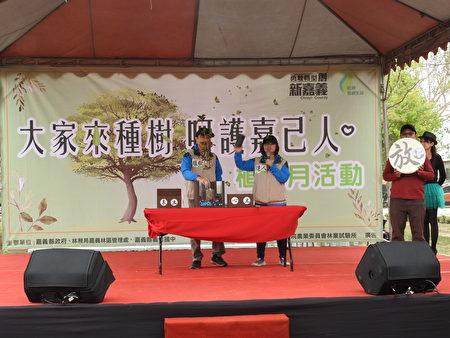 在「大家來種樹,呵護嘉己人」植樹活動中,由植樹達人現場示範正確的植樹要領。