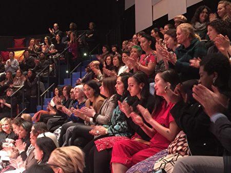 在曼哈顿下城Daryl Roth Theatre电影院参加MOME仪式的观众们。