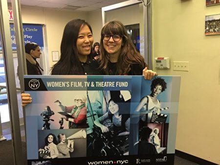 韓裔女生申麗茲是做為一個故事短片的製作人和導演Catherine Loerke在儀式上合影。