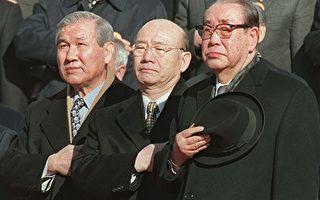 """3月11日,韩国前总统全斗焕(Chun Doo-hwan)因涉嫌损害""""5·18光州民主化运动""""参加者名誉,作为被告到光州地方法院受审。图为韩国前总统卢泰愚(左)和全斗焕(中)。(STF: CHOO YOUN-KONG / AFP ImageForum)"""