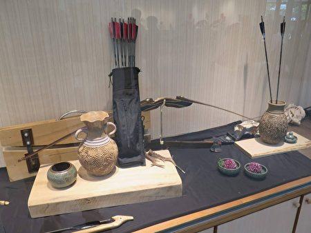 為了搭配作品展出,楊惠玲還借了朋友複合式弓箭來搭配!