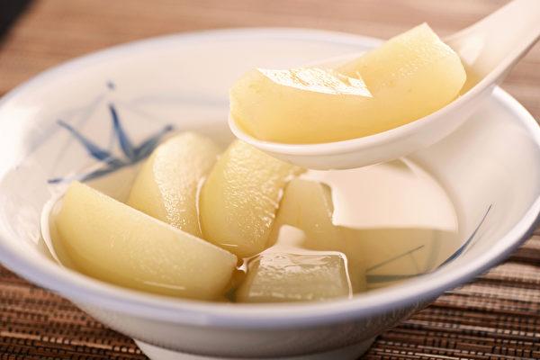 感冒咳嗽时,是否能吃冰糖炖雪梨来改善,需要先看病人的体质和咳嗽的情况。(Shutterstock)