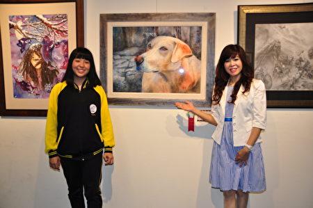 竹北國中家長盧小姐以女為榮,和孩子在作品「大頭狗」前合影
