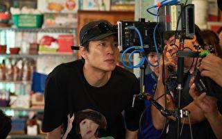 韩国电影《鸡不可失》导演李炳宪(左)自认是周星驰的影迷