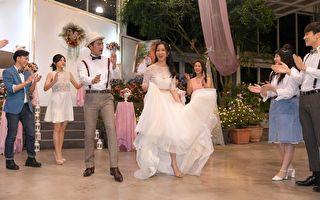 剧《必胜大丈夫》在周晓涵(中)与周孝安(左三)的浪漫婚礼中杀青