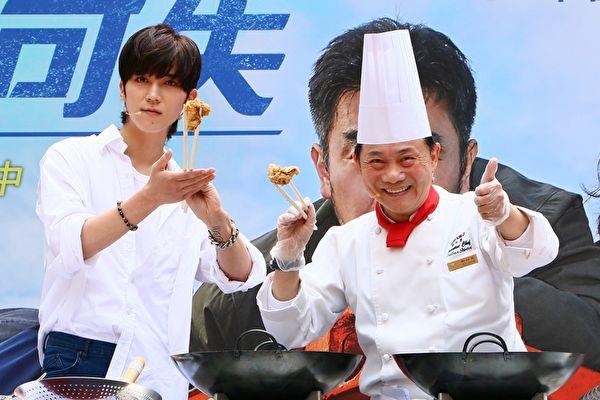 毕书尽(Bii)向知名大厨阿基师(右)拜师学艺,,学习炸出《鸡不可失》中的美味炸鸡
