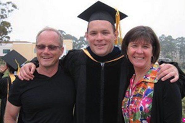 美國司法部上個月底宣布起訴華為,讓疑因華為冤死的謝恩・托德(Shane Todd,如圖中)的母親,重新燃起為愛兒聲張正義的希望。(英文大紀元/托德家人提供)