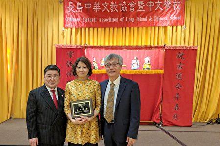 市议员顾雅明颁发服务奖状。从左至右:顾雅明、王聿洁、甘居正。
