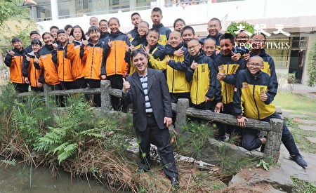 原民校长苏佐玺与大成国中学生互动良好。