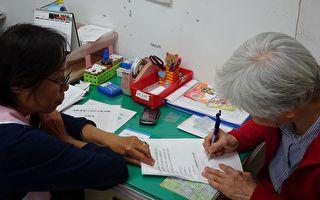 嘉市监理站便民服务  4月为高龄驾驶者换照