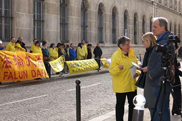 巴黎市民主動向法輪功學員了解法輪功被中共迫害的真相(關宇寧/大紀元)