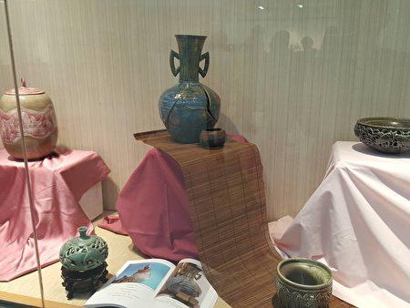 中間破開的作品,是這次展出的代表作,是楊惠玲做了20個才成功一個的混釉作品!
