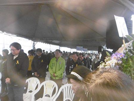 林右昌及受难者家属在雨中举行228纪念追思活动。