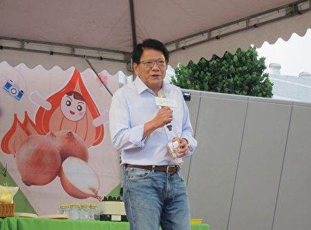 屏東縣長潘孟安出席野餐活動,當起超級銷售員,邀請大家品嚐當季美味。(簡惠敏/大紀元)