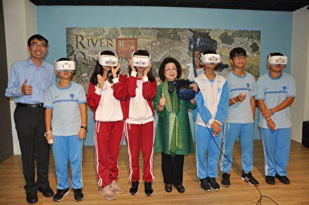 教育部政務次長范巽綠與學生一同體驗A/VR。