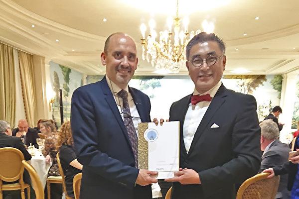 OIV副理事长Yann Juban颁发陈千浩助理教授金牌奖(驻法国台北代表处提供)