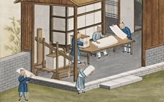蔡倫發明的造紙術改變了世界面貌。圖為乾隆年間法國傳教士蔣友仁所繪水彩圖畫冊《中國造紙藝術》(Art de faire le papier à la Chine)中歸整刀紙的場景。(公有領域)