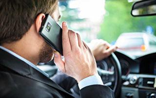 温哥华移民司机在市中心,6分钟内二次打手机被警察逮住,每一次罚款368元,扣4分,并涨了保险费等。图为男子分心驾驶。(Fotolia)