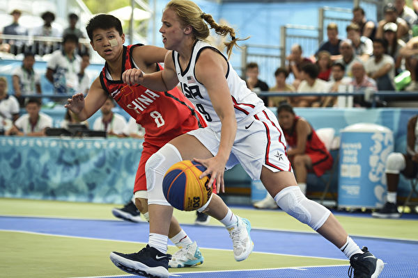 美國女籃界新生代潛力女球員海莉·范·麗思(Hailey Van Lith)在比賽中。(Marcelo Endelli/Getty Images)