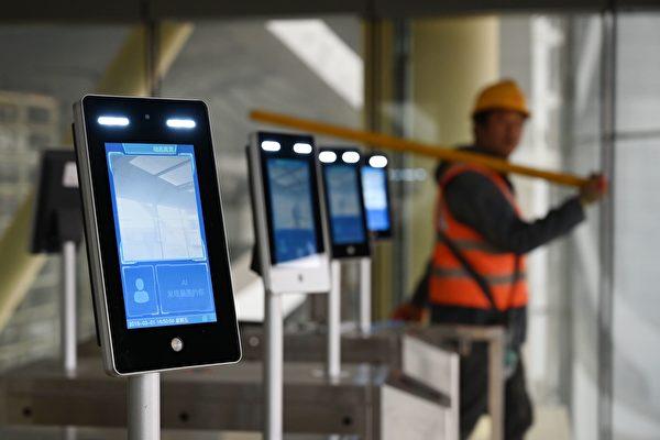 一名工人走过北京大兴国际机场新架设的脸部识别机。