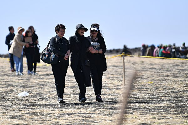 埃塞航空遇难者家属在失事地点悲痛不已。