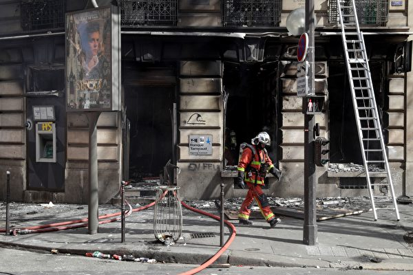 3月16日,在第18轮黄背心示威活动中,一家银行Tarneaud被烧,大火也殃及了这栋建筑物。(GEOFFROY VAN DER HASSELT/AFP/Getty Images)