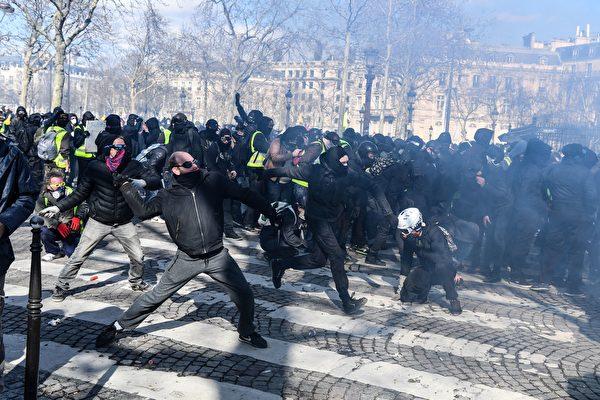 3月16日,在第18轮黄背心示威活动中,许多身穿黑衣者用石头攻击保护凯旋门的宪兵。(ALAIN JOCARD/AFP/Getty Images)