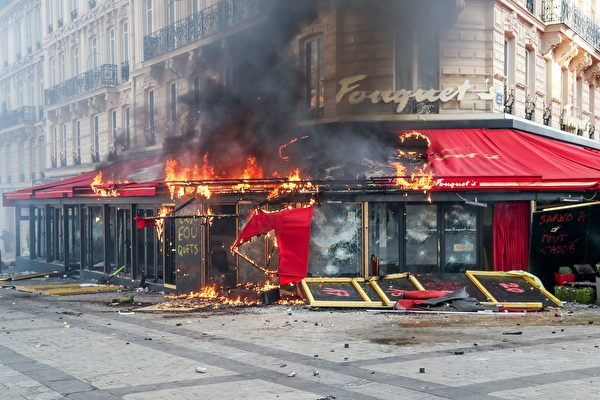 3月16日,在第18轮黄背心示威活动中,香街上著名的Le Fouquet's餐厅被洗劫后,门脸被烧。(ZAKARIA ABDELKAFI/AFP/Getty Images)