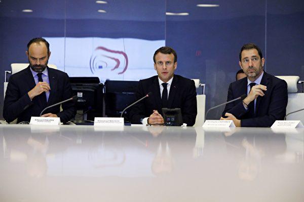 """在3月16日的暴力示威活动后,马克龙于当晚前往内政部参加""""应急工作会议"""",与总理菲利普(Édouard Philippe)(左)和内政部长卡斯塔内(Christophe Castaner)(右)商讨对策,使暴力不再发生。(CHRISTOPHE PETIT-TESSON/AFP/Getty Images)"""