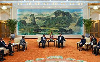 """哈佛大学校长白乐瑞近日作客北京大学发表演讲,用隐晦的方式触及中国人权状况、新疆""""再教育营""""等敏感议题。图为周三(20日)他曾与中共国家主席习近平会晤。 (ANDREA VERDELLI/AFP/Getty Images)"""