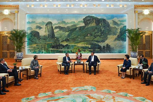 哈佛大學校長白樂瑞近日作客北京大學發表演講,用隱晦的方式觸及中國人權狀況、新疆「再教育營」等敏感議題。圖為週三(20日)他曾與中共國家主席習近平會晤。 (ANDREA VERDELLI/AFP/Getty Images)
